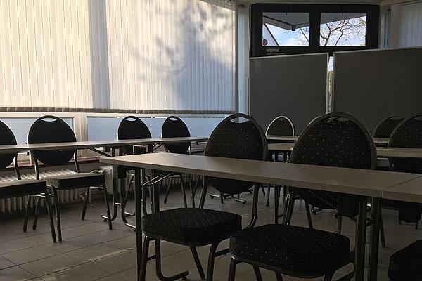 Bild Stühle und Tische